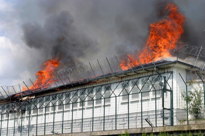 Der har ikke været udviste migranter i detentionscentret ved Vincennes i udkanten af Paris siden juni 2008, hvor en af de internerede døde uden officiel forklaring, og resten af migranterne satte centret i brand. Naoufal går hen til vagtburet, hvor to kronragede mænd ser alvorligt, men nysgerrigt på os gennem ruden. Med hovedet nede i mikrofonen spørger Naoufal om vej til -Retention Administratif-. De ser desorienterede ud, men griner, da de hører ordene -presse- og -Danmark-.