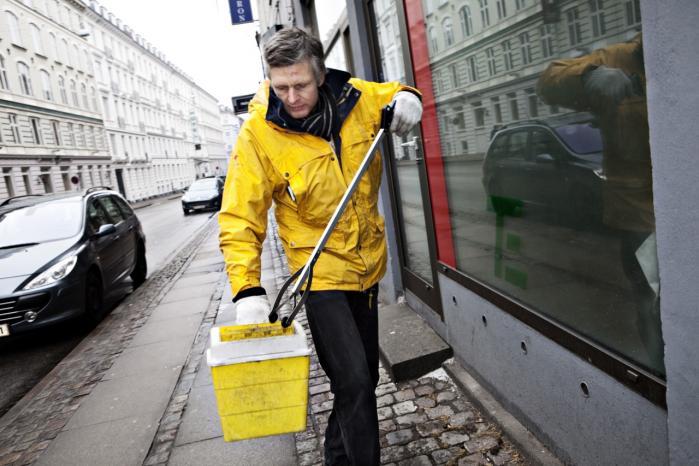 Tom Linnert er fra SprøjtePatruljen - en gruppe af frivillige stofbrugere, der samler kanyler og andet -sprøjteaffald- op fra Københavns gader.