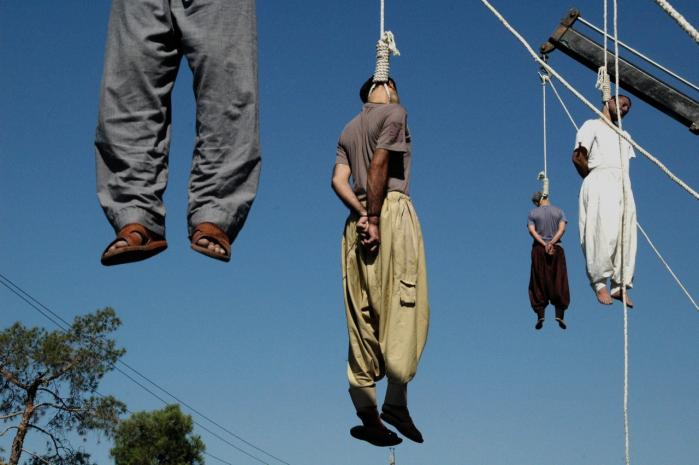 Fire iranske kriminelle hænges offentligt i byen Shiraz, 950 km syd for Teheran. Den 5. september 2007 havde Iran rekordmange henrettelser med 21 kriminelle på én dag, fordi -det højner sikkerheden i samfundet-, sagde en embedsmand.