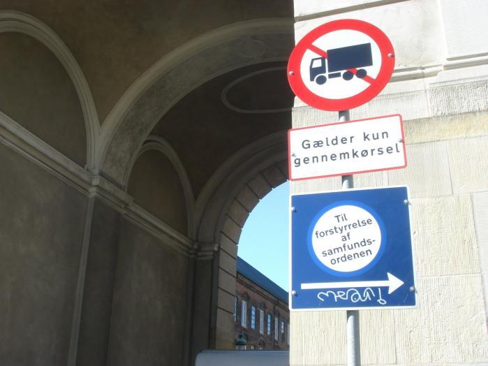 Klistermærkerne her er en protest imod terrorlovgiv-ningen. Ifølge anti-terrorloven fra 2002 kan man blive dømt for terrorisme, hvis man for eksempel forstyrrer trafiksik-kerheden med henblik på at påvirke en offentlig myndighed til at handle på en bestemt måde.