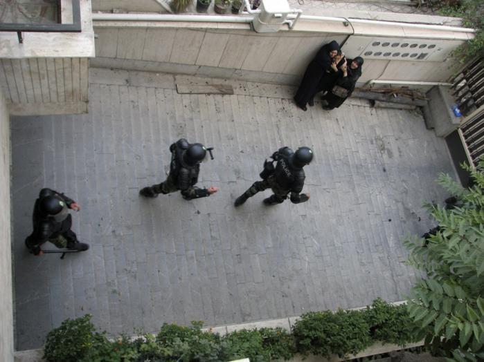 Dette billede af borgere i Teheran, der frygtsomt ser til, at politiet er på vej hen for at anholde demonstranter, er taget med en mobiltelefon og uploadet til blog-tjenesten Twitter.