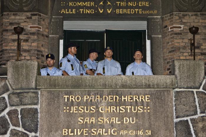 Lukket. Betjente bevogter indgangen til Brorsons Kirke efter arrestationen af de 19 irakere.