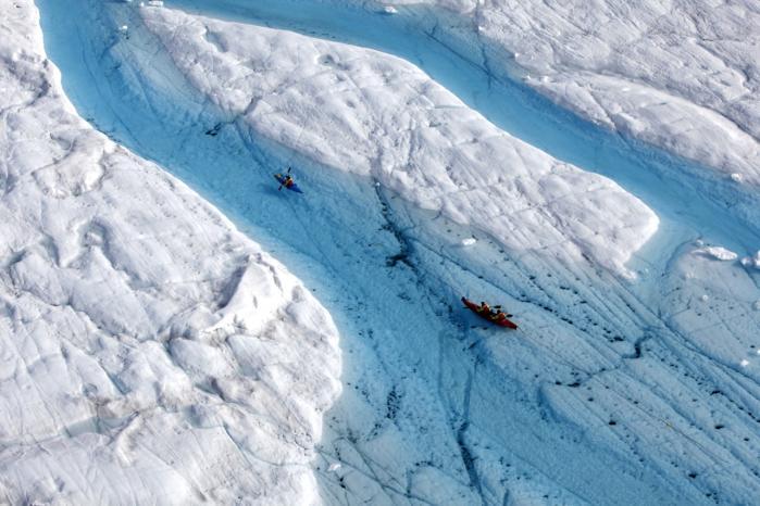 I det nordøstligste Grønland er Petermann-gletscheren, den største i Arktis, tæt på at brække over og kaste en iskolos på størrelse med Amager fra sig. Internationale klimaforskere ombord på Greenpeace-fartøjet Arctic Sunrise har de seneste uger opholdt sig ved gletscher-kanten og fulgt, hvordan sprækkerne i gletscheren er vokset til mange kilometers længde og op til 500 meters bredde. 'Strukturen er så plaget af revner og sprækker, at det er et mirakel, at den stadig hænger fast,' siger Dave Walsh, Greenpeace-medarbejder på Arctic Sunrise, til Information.