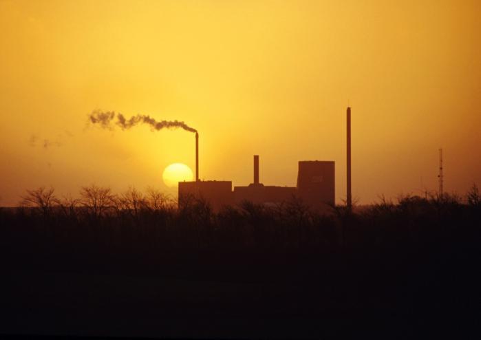 Forbrændingsanlæg i Hjørring ved solnedgang, hvor affald forbrændes og energien omdannes til fjernvarme og elektricitet.