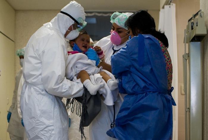 Et mexicansk barn bliver tjekket for influenza A på et hospital   i Mexico City i maj. To måneder før var det første tilfælde af svineinfluenza blevet opdaget i Mexico.