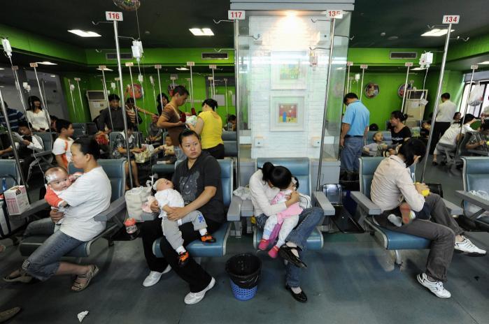Kinesiske mødre med deres børn på en hospital i Hefei i Kina, hvor de bliver behandlet for svineinfluenza. De kinesiske myndigheder er for tiden i færd med at vaccinere en stor del af befolkningen i kampen mod svineinfluenzaen.