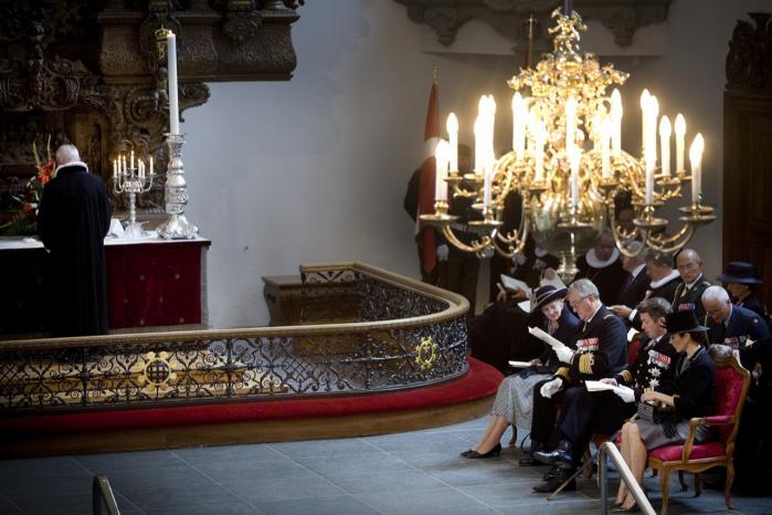 Folkekirken er nært knyttet til staten, og sådan skal det fortsætte, mener et flertal af kirkens præster. Her deltager dronning Margrethe, prins Henrik, kronprins Frederik og kronprinsesse Mary i en mindegudstjenesten i Holmens Kirke den 5. september til ære for faldne danske soldater i international tjeneste.