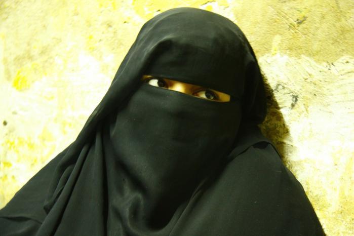 Sally al-Sabahi bor lige nu hjemme hos sine forældre, men det betyder ikke, at hun kan blive skilt fra sin meget ældre mand. Hendes far vil nemlig sende hende tilbage til ægtemanden, der har betalt for den unge pige. Penge, som faderen ikke kan betale tilbage.