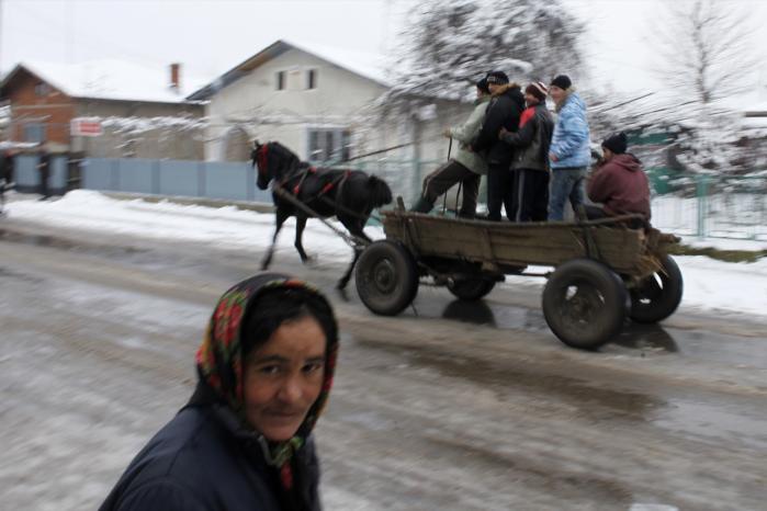 Landsbybeboere fra dagens Rumænien på vej til gudstjeneste den 6. januar, der er den ortodokse kirkes jul. Fra Pietrosani, 45 km nord for hovedstaden Bukarest.