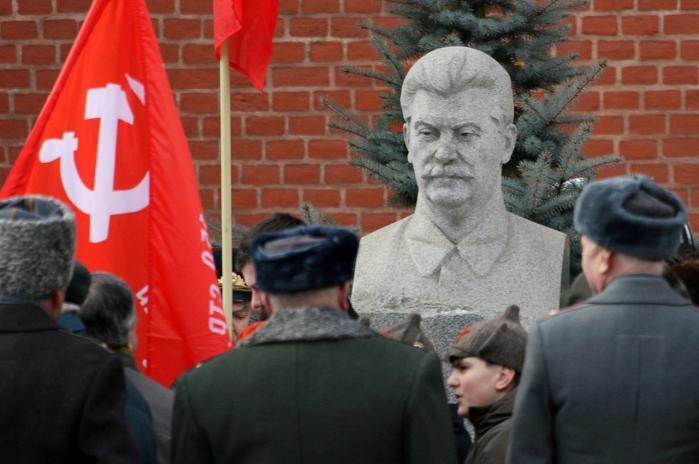 Russere markerer 57-årsdagen for Josef Stalins død ved at besøge hans grav i Moskva.