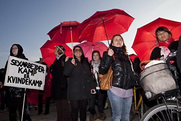Kampdagens demonstrationer var farvet af kampråb for og imod legaliseringen af købesex. Men danskerne går mest op i de ulige lønforhold.