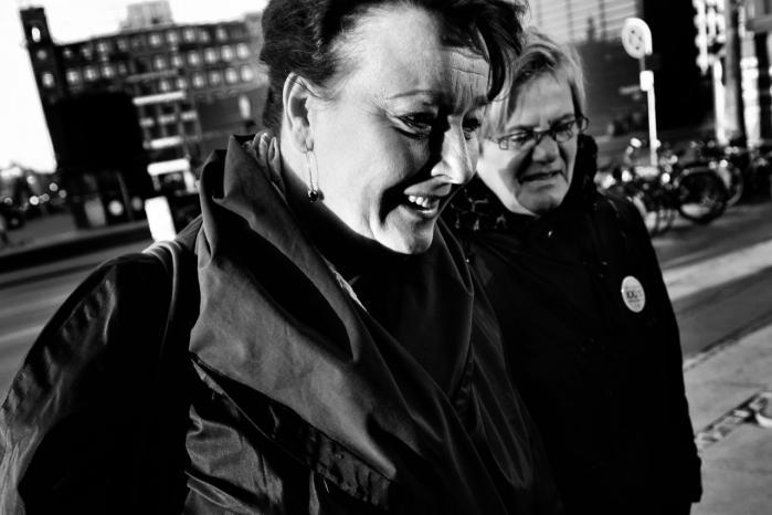 Elitens problemer. Tidligere LO-næstformand Tine Aurvig-Huggenberger på vej til byretten for at kæmpe for sin millionpension. Tidligere tiders eliter havde langt stærkere bindinger til den arbejder- og bondebevægelse, de var udsprunget af.