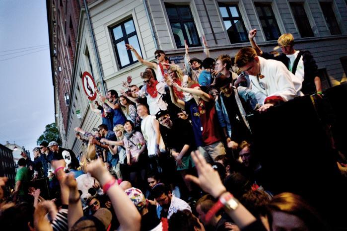 Solen og sommerens komme over København smeltede Distortion om til hygge og gruppekram, og en ellers ganske borgerlig festival satte hele bydele under belejring. Her festes der på Nørrebro.