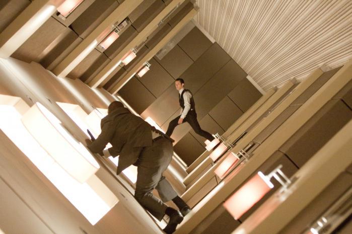 Flere af 'Inceptions' skuespillere har en stærk fysisk sensuel tilstedeværelse, som giver en god modvægt til de computerskabte eller på anden vis antiseptisk lækre locations, hvor der vendes op og ned på rum, gader og byer.