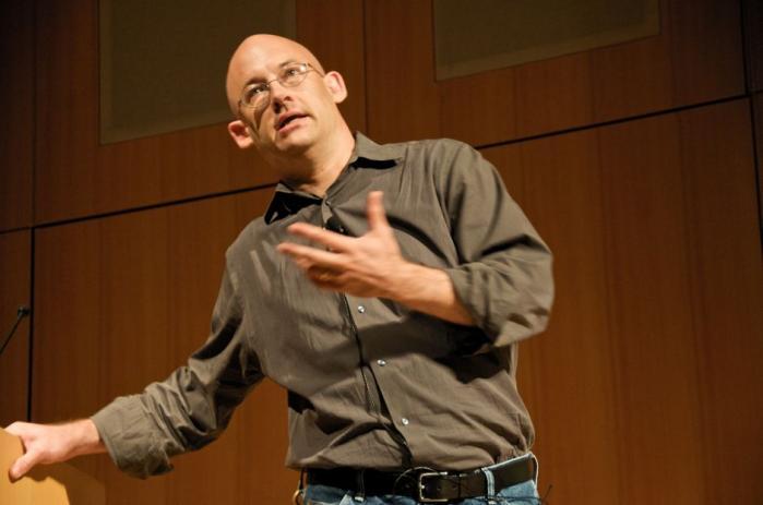 Internettænkeren Clay Shirky har skrevet sin anden bog til forsvar for den delende internetkultur - denne gang som et angreb på fritidssamfundets narkotika: fjernsynet