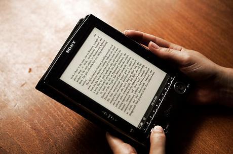 E-bøger bør ikke koste lige så meget som papirbøger, lyder det nu fra landets næststørste forlag, Lindhardt og Ringhof. Men forlaget advarer alligevel mod at dumpe priserne, for produktionen af e-bøger er faktisk langt dyrere, end man forestiller sig