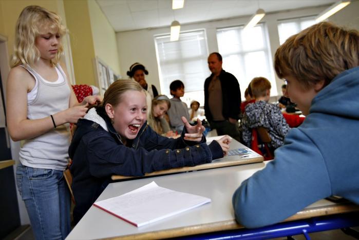 Elever i 6. klasse på Th. Langs Skole i Silkeborg. Det er urimeligt, at staten betaler 75 procent af udgifterne til hver elev på privatskolerne, mener den centrum-venstre-orienterede tænketank Cevea