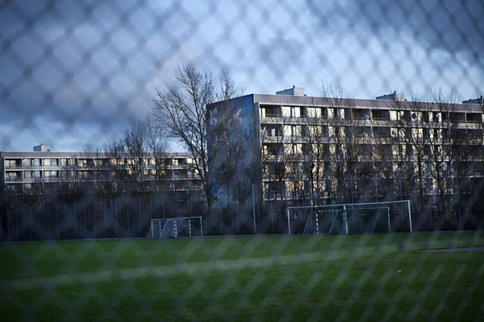 Et forslag til at udvande de belastede boligområders problemer er  fremme indvandreres muligheder for at få flere danske naboer. Huslejenedsættelser kan være et godt middel. Her ses Gellerupparken i Århus.