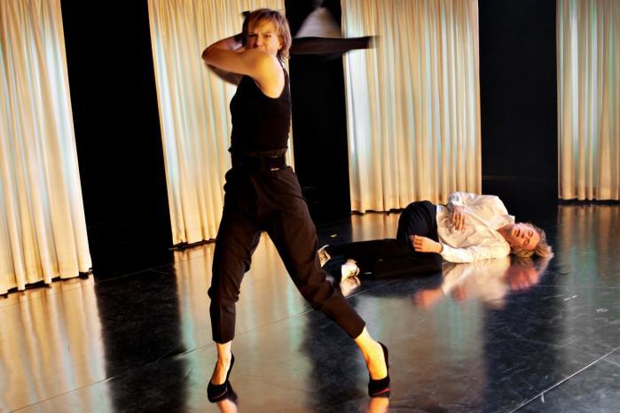 Så sejrer Maria Richs lange ben og høje hæle lige et øjeblik over Kasper Leisners nedlagte supermand, indtil hun igen får brug for ham i latterfarcen 'Kvinde Kend Din Krop'.