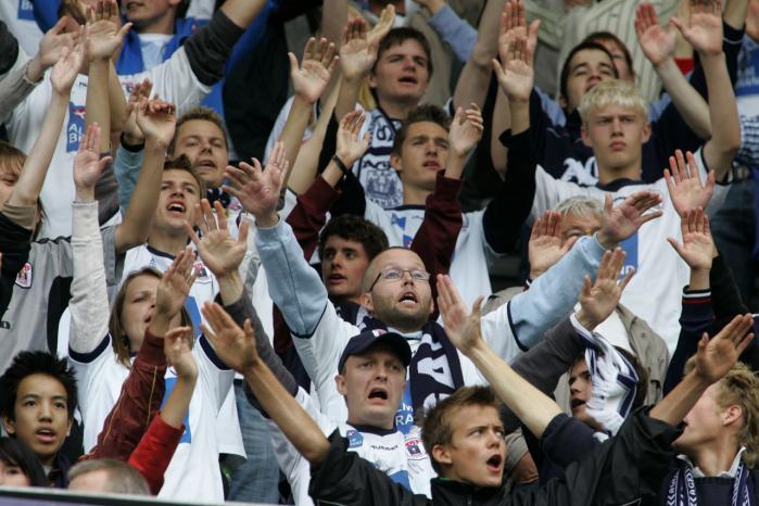 Fodboldklubben AGF har fejlet, når de søndag efter søndag lader racister dominere tribunerne og rekruttere unge drenge, mener forfatter til ny bog om det danske nazimiljø, Charlotte Johannsen.