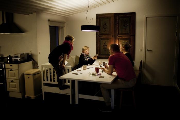 Der måtte være andre muligheder end medicin og institutioner, tænkte Ninka-Bernadette og Morten Mauritson, hvis søn var så hårdt plaget af autisme, at de ikke længere selv kunne passe ham. I dag lever de efter Kernesund-konceptet uden mælk og gluten og har fået et helt nyt liv - som de begyndte på nettet.