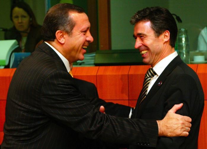 Ifølge Wikileaks-dokumenter skulle Anders Fogh Rasmussen (th.) have lovet sin tyrkiske kollega, Recep Tayyip Erdogan (tv.), at lukke den danskbaserede kurdiske fjernsynskanal Roj-TV. Til gengæld støttede Tyrkiet Foghs kandidatur til posten som NATO's generalsekretær. Her ses de to sammen i 2003.