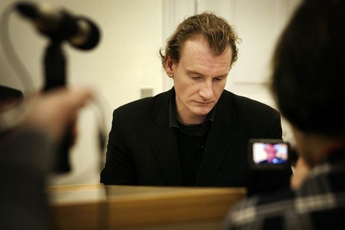 Det var en tydeligt oprørt Thomas Skade-Rasmussen Strøbech, som i går modtog landsrettens dom i en af de mest kontroversielle og principielle litterære sager i dansk retshistorie. Dommen slår fast, at man gerne må skrive om andres liv i en roman uden at spørge om lov