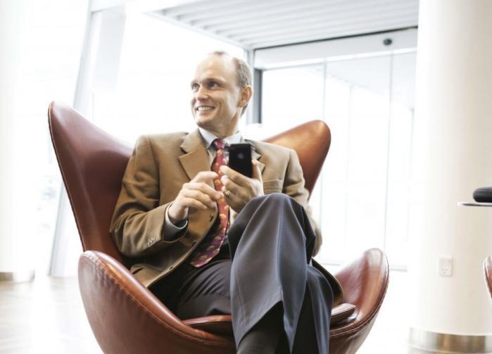 Professorer kritiserer CBS-rektor Johan Roos for dobbeltrolle, da han også er bestyrelsesformand  i privat fond, som CBS samarbejder med. Den tidligere rektor trak sig fra en tilsvarende post