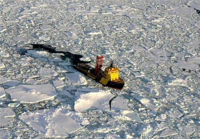 En isbryder kæmper sig igennem de isfyldte vande omkring Nordpolen. En ny dansk strategi for Arktis, som er blevet lækket, tegner en vej frem, hvor Danmark vil prioritere menneskelige interesser over miljømæssige — og samtidig gøre krav på Nordpolen senest i 2014.