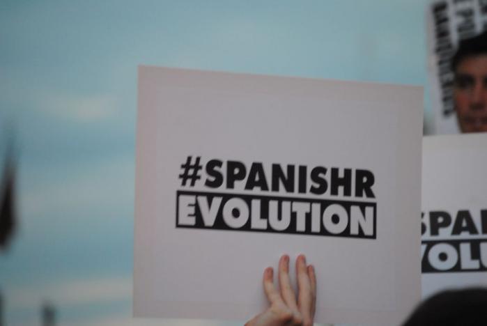 /b> Det er ikke krav til, hvad politikerne skal gøre, men stikord til en ny demokratisk kultur, der præger Puerto del Sol-pladsen i Madrid. Og det er ikke kun de unge, der har fået nok.
