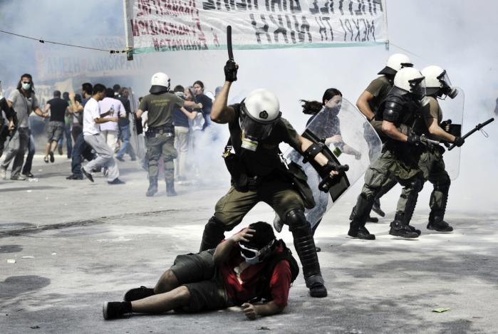 Almindelige grækere med små indkomster føler, det er uretfærdigt, at de skal betale højere skatter og moms og få dårlig service for at dække hullet for grådige banker og uduelige politikeres katastrofekurs. Demonstranter stødte onsdag sammen med velforberedte urobetjente med gasmasker osv. ved parlamentet i det centrale Athen. En snes personer blev såret.