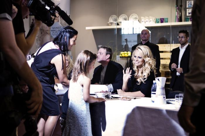 Der er kø, når vestens kvindeideal, Baywatch-ikonet Pamela Anderson, deler autografer ud. Hun forstår til fulde, at sex er en del af vejen til kvindelig succes i Vesten.