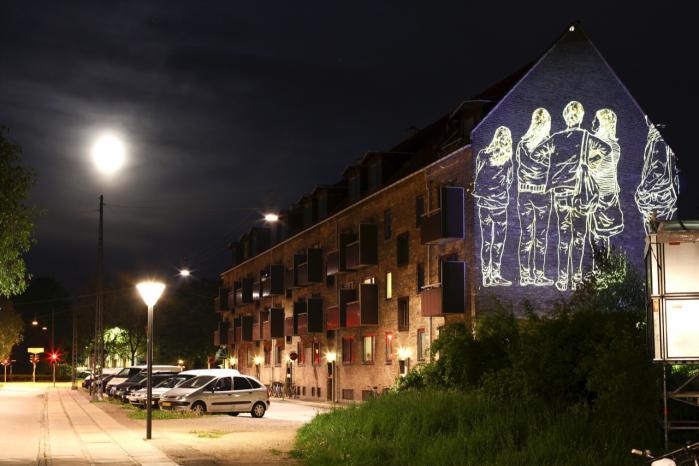 Omfangsrig. 'Dansk gadekunst' er en blanding af teoretiske artikler og portrætter af de udøvende gadekunstnere, så mange har bidraget og alle er med — også kunstneren Armsrock, som her har dekoreret en husfacade.
