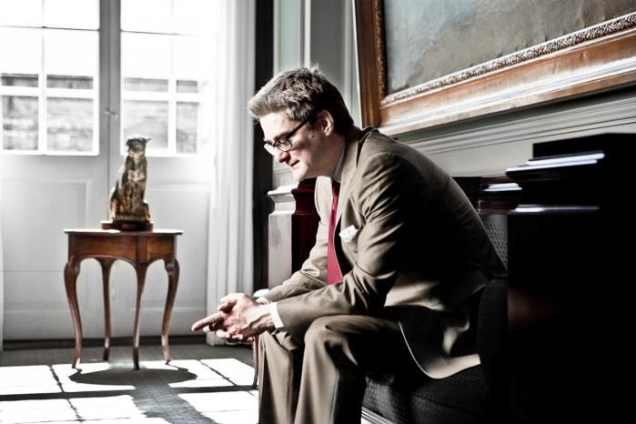 Integrationsminister Søren Pind (V) kan ikke kalde Facebook for et privat sted at udtrykke sig, mener kritikere.