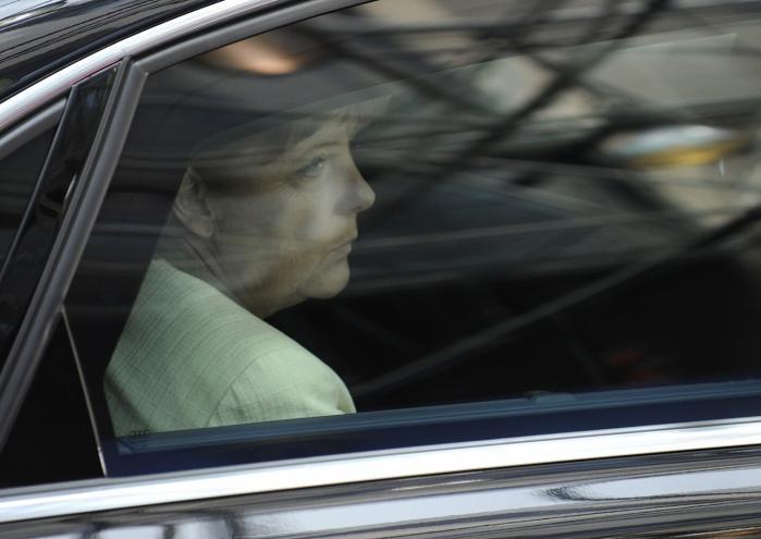 Den tyske kansler Angela Merkel er blevet symbolfiguren på den politiske forhaling, skriver Habermas. Stærke redskaber på unionsniveau vil kræve øget deltagelse fra befolkningerne, men Merkel og de øvrige nationale leder vil klare tingene selv.