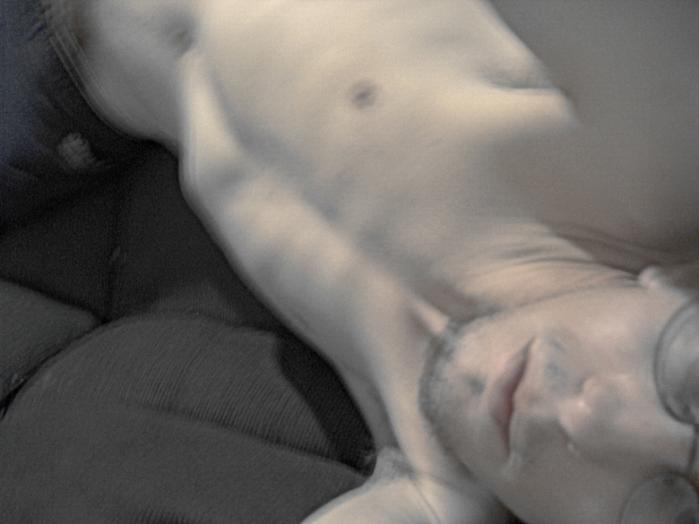 Bjørn Rasmussens  lille debutroman sprænger alt, den kommer i nærheden  af: kroppen, kønnet, skriften, fortællingen