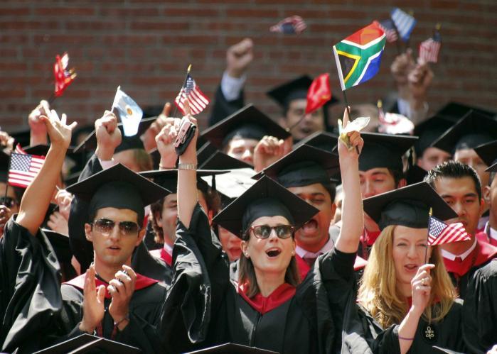 Drømmene går mod Harvard i USA, når fremtidens danske uni-versiteter diskuteres. Men vi spænder selv ben for ambition-erne.