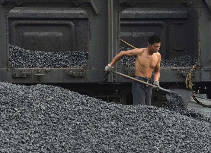 Verdens samlede CO2-udledning satte rekord sidste år med 33 mia. ton, en stigning på 5,8 pct. på ét år. Kina tegnede sig for en stigning på 10 pct. Her skovler en kinesisk arbejder kul ved Hefei i Anhui-provinsen.