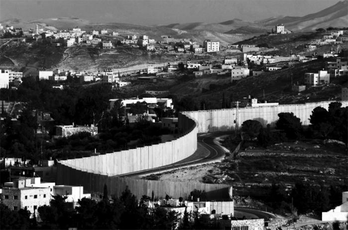 Det er svært at forestille sig Israels eksistens blive sat på  spil. Men alt det, der sikrer  det lille land mellem floden og havet, er nu i opløsning