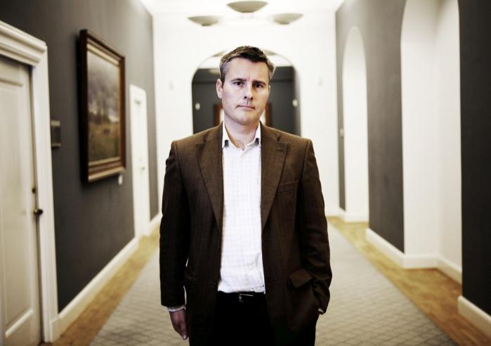 Henrik Sass Larsen valgte i går at trække sig som mulig minister i en ny regering, fordi han har mødtes med en rocker.