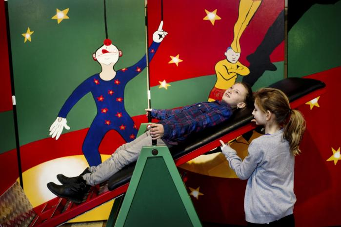 Experimentarium har succes med at formidle viden om bl.a. tyngdekraft til børn. Mange forskere har derimod svært ved at få omverdenen til at interessere sig for deres forskning.