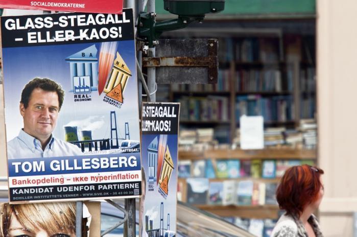 De fleste københavnere trak på smilebåndet af valgplakaten med mottoet 'Glass-Steagall eller kaos!' Men Glass-Steagall er ikke noget at grine af. Bag det mystiske ord gemmer sig et økonomisk instrument, som kan skabe stabilitet og forhindre fremtidige bankkrak, siger både danske og amerikanske økonomieksperter. Indtil for nyligt virkede det effektivt i USA