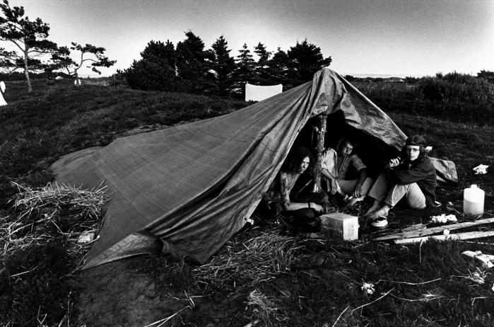 Thylejren. Peter Øvig Knudsens nye bog er første bind i historien om hippiebevægelsen. Hans dokumentaristiske metode er i sig selv en konstruktiv handling, en måde, hvorpå han viser mangfoldigheden respekt, siger Erik Skyum-Nielsen.