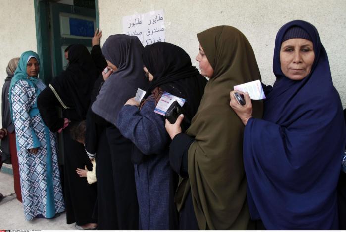 Kvinder venter på at stemme ved anden runde af det egyptiske valg. Mange vælger at sætte deres kryds ved et af de islamistiske partier.
