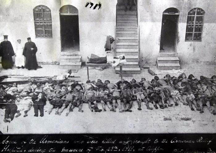 'Nogle af de armeniere, der blev dræbt og bragt til det armenske hospital under massakren den 28. februar 1919 i Aleppo (i det nordlige Syrien, der dengang var under osmannisk kontrol. Mange blev drevet ud i den syriske ørken, hvor mange bukkede under). Det er den håndskrevne tekst nederst på dette foto fra   Armenian National Archives   Arkiv