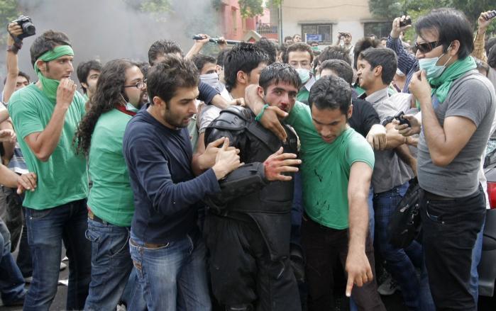 Efter valget i juni 2009, hvor folk gik på gaden i protest mod Ahmadinejads valgsejr, blev det klart for de iranske oppositions-folk, at de blev overvåget af myndighederne.