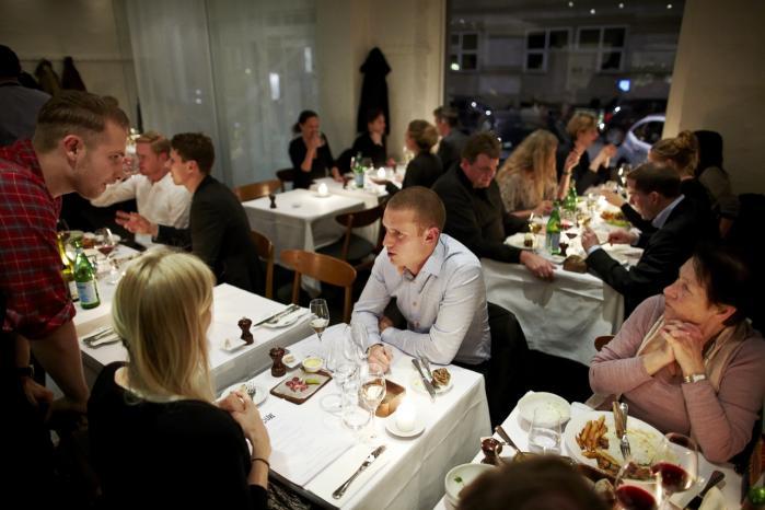 Vellykket. På Restaurant Latour går du hverken galt i byen med din kæreste, din mor, din far, dine børn, veninderne eller herreselskabet. Maden er tæt på at være overkvalificeret til prisen, og en gennemgående rutineret ekspertice og faglighed gør, at stedet allerede fra start hviler i sig selv.