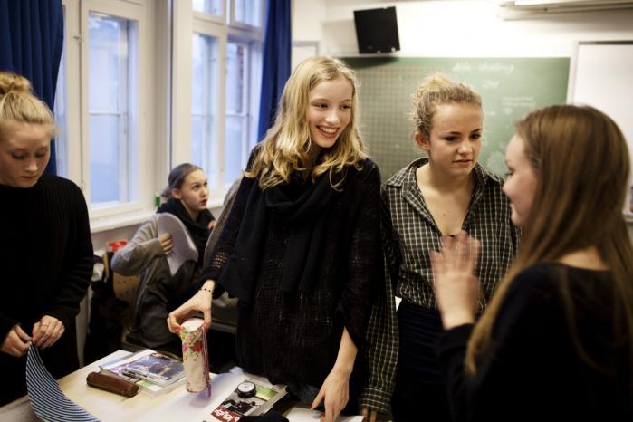 15-årige Katinka Albrectsen (ternet skjorte) går i 9. klasse på privatskolen Ingrid Jespersens Gymnasieskole. Hun og flere af hendes klassekammerater kan godt se det rimelige i, at der flyttes penge fra de private til folkeskolerne.