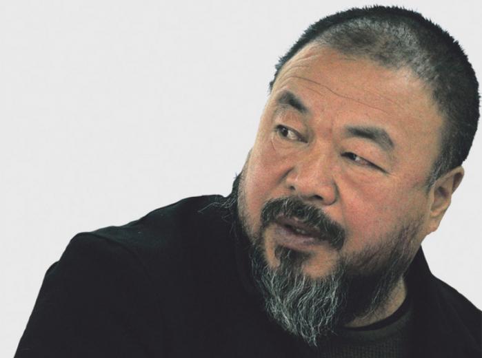 Den danske kulturminister, Uffe Elbæk, er i Kina, men han vil ikke møde landets mest berømte systemkritiker, Ai Weiwei, af respekt for værterne. DF og V vil nu have ministeren kaldt i samråd