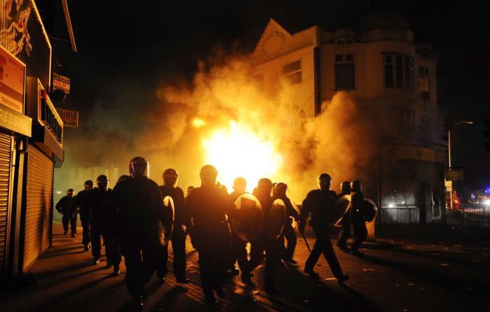 For et halvt år siden viste oprøret i London, hvor galt det kan gå, når uligheden stiger, og dem på bunden af samfundet beslutter sig for selv at tage en bid af kagen